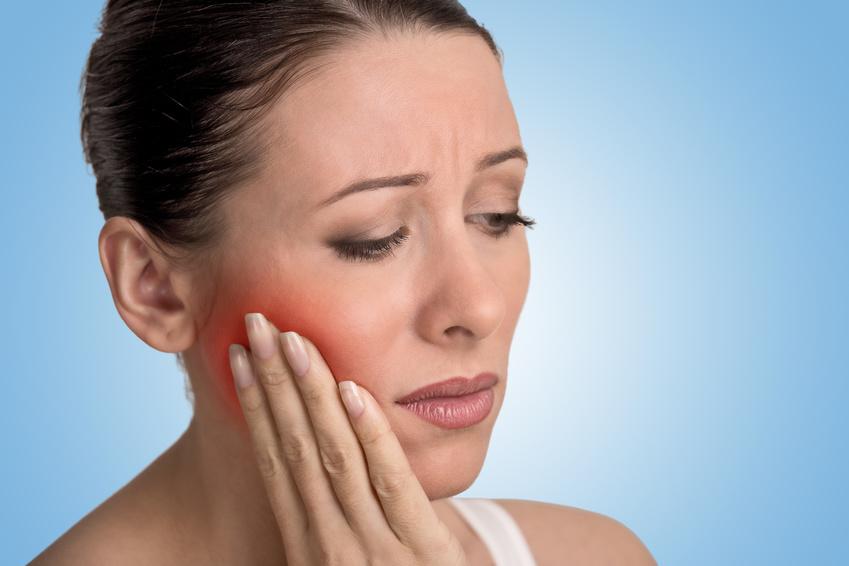 Praxix Böckelman - Frau hat starke Zahnschmerzen